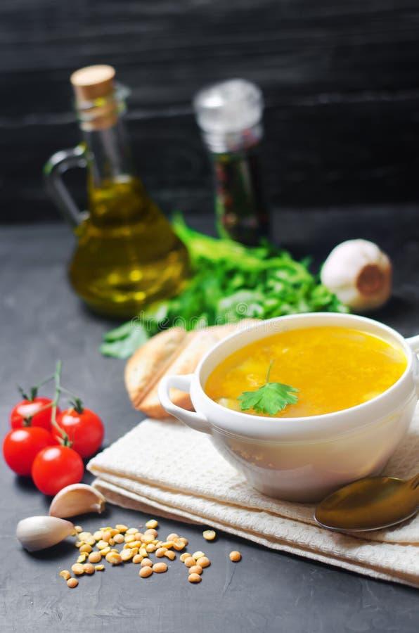 Χορτοφάγος σούπα μπιζελιών με τις πατάτες και τα πράσινα οσπριοειδή τρόφιμα υγιές μαύρο συγκεκριμένο υπόβαθρο προγευμάτων Εκλεκτι στοκ εικόνες
