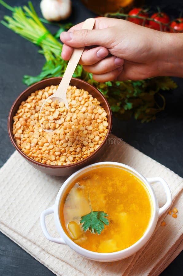 Χορτοφάγος σούπα μπιζελιών με τις πατάτες και τα πράσινα οσπριοειδή τρόφιμα υγιές μαύρο συγκεκριμένο υπόβαθρο προγευμάτων Εκλεκτι στοκ φωτογραφία με δικαίωμα ελεύθερης χρήσης
