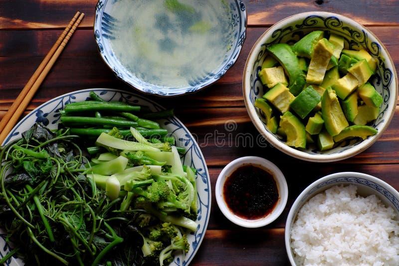 Χορτοφάγο γεύμα τοπ άποψης, βρασμένα σάλτσα σόγιας λαχανικών και ρύζι στοκ φωτογραφία με δικαίωμα ελεύθερης χρήσης