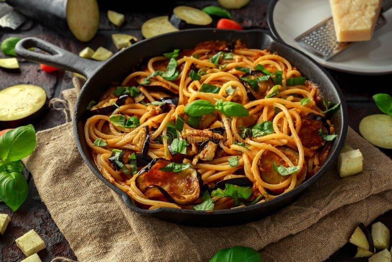 Χορτοφάγο ιταλικό alla Norma μακαρονιών ζυμαρικών με τη μελιτζάνα, τις ντομάτες, το τυρί βασιλικού και παρμεζάνας στο αγροτικό τη στοκ εικόνα με δικαίωμα ελεύθερης χρήσης