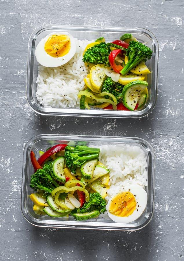 Χορτοφάγο καλαθάκι με φαγητό - μαγειρευμένα λαχανικά, ρύζι και βρασμένο αυγό σε ένα γκρίζο υπόβαθρο, τοπ άποψη μακρο λευκό στούντ στοκ φωτογραφία με δικαίωμα ελεύθερης χρήσης