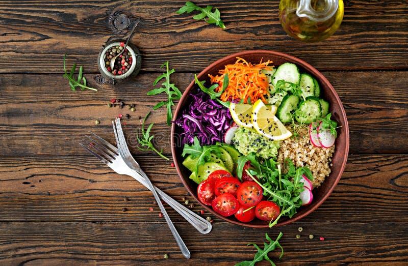 Χορτοφάγο κύπελλο του Βούδα με quinoa και τα φρέσκα λαχανικά στοκ εικόνα
