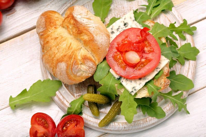 Download Χορτοφάγο σάντουιτς με τα μαριναρισμένα πιπέρια και το κρεμμύδι μπλε τυριών Στοκ Εικόνα - εικόνα από σανίδα, σιτηρέσιο: 62700607