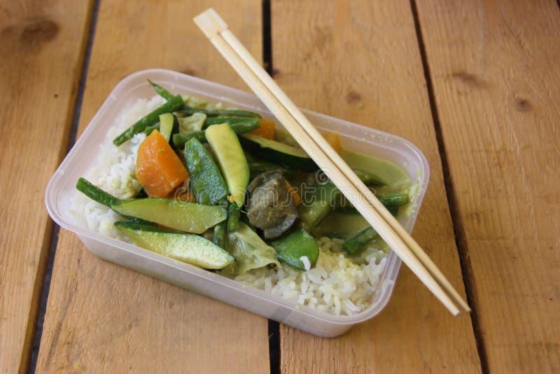 Χορτοφάγο ταϊλανδικό take-$l*away πιάτο τροφίμων στοκ φωτογραφία με δικαίωμα ελεύθερης χρήσης