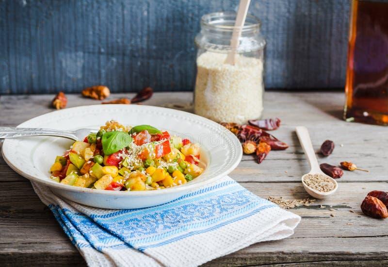 Χορτοφάγο φυτικό stew με τα μπιζέλια και το καλαμπόκι, κάρρυ, υγιές DIN στοκ εικόνες με δικαίωμα ελεύθερης χρήσης