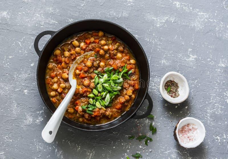 Χορτοφάγο chickpea βούβαλων τσίλι με τα μανιτάρια σε ένα τηγάνι σε ένα γκρίζο υπόβαθρο, τοπ άποψη υγιής χορτοφάγος τροφίμων στοκ φωτογραφίες