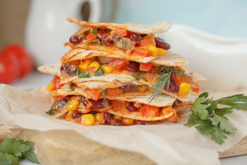 Χορτοφάγο quesadilla με τα λαχανικά και τυρί ξύλινο boa στοκ εικόνα με δικαίωμα ελεύθερης χρήσης