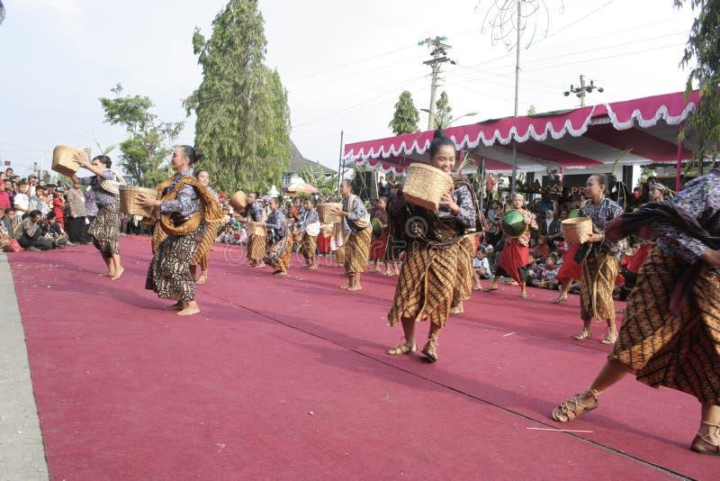 Download Χορός εκατοντάδων που οργανώνεται σε Sukoharjo Εκδοτική Εικόνες - εικόνα από διάφορος, οργανωμένος: 62710161