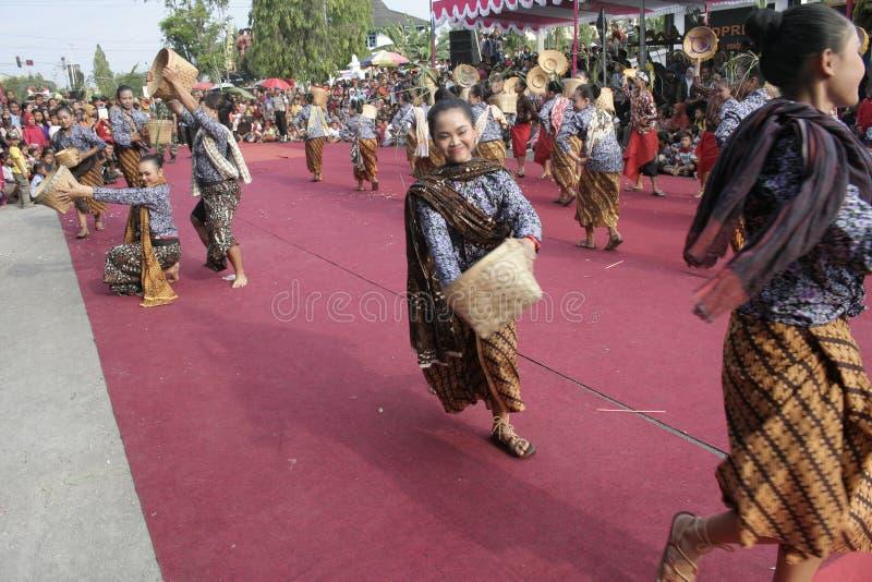 Download Χορός εκατοντάδων που οργανώνεται σε Sukoharjo Εκδοτική εικόνα - εικόνα από each, χορός: 62710215