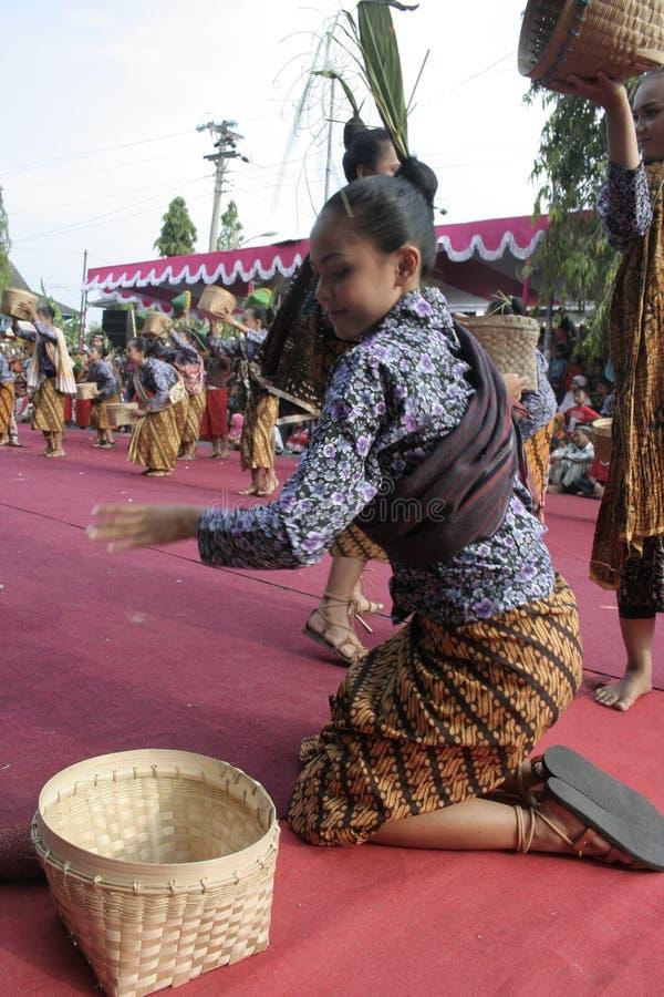 Download Χορός εκατοντάδων που οργανώνεται σε Sukoharjo Εκδοτική Στοκ Εικόνες - εικόνα από μουσική, οργανωμένος: 62710228