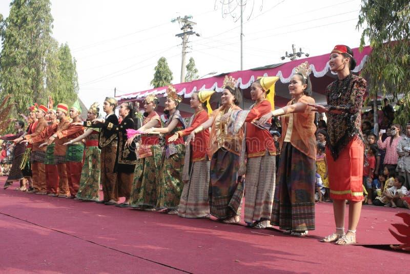 Download Χορός εκατοντάδων που οργανώνεται σε Sukoharjo Εκδοτική εικόνα - εικόνα από νησί, χοροί: 62710535