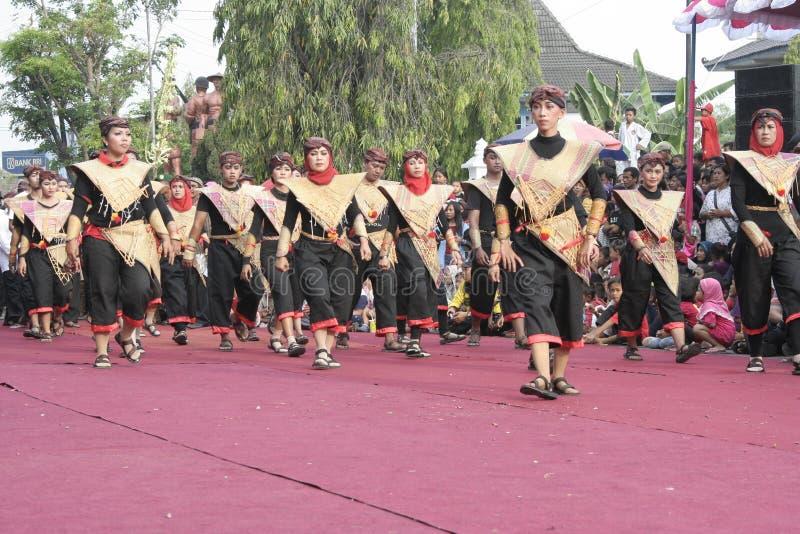 Download Χορός εκατοντάδων που οργανώνεται σε Sukoharjo Εκδοτική εικόνα - εικόνα από νησί, arroyos: 62710595