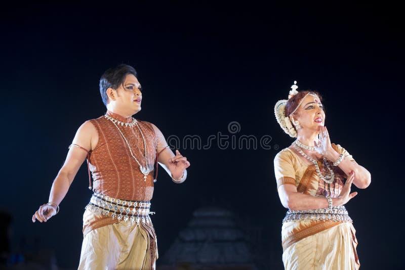 Χορός εκτέλεσης Odissi δύο κλασσικός χορευτών Odissi αρσενικός και θηλυκός στη σκηνή στο ναό Konark, Odisha, Ινδία στοκ εικόνα με δικαίωμα ελεύθερης χρήσης