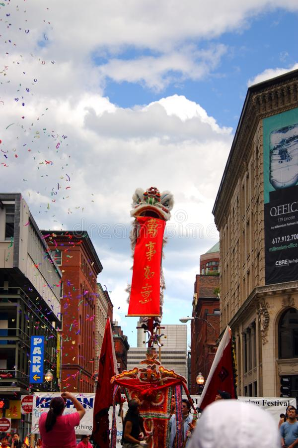 Χορός λιονταριών σε Chinatown, Βοστώνη κατά τη διάρκεια του κινεζικού νέου εορτασμού έτους στοκ εικόνες