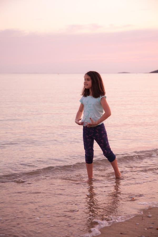 Χορός νέων κοριτσιών στο υπόβαθρο θάλασσας ηλιοβασιλέματος στοκ εικόνες με δικαίωμα ελεύθερης χρήσης