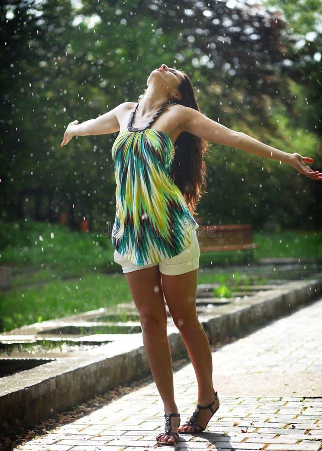 Χορός στη βροχή στοκ εικόνες με δικαίωμα ελεύθερης χρήσης