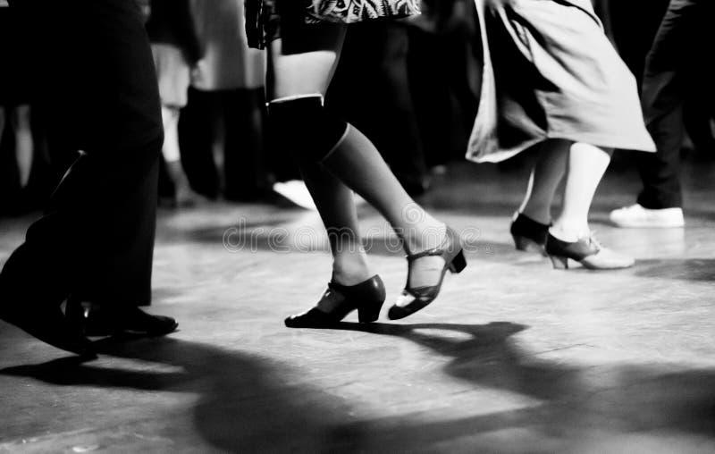 Χορός στο εκλεκτής ποιότητας και αναδρομικό ύφος κομμάτων μουσικής ταλάντευσης στοκ φωτογραφίες με δικαίωμα ελεύθερης χρήσης