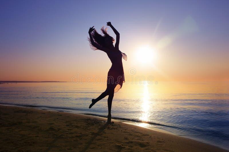 Χορός στο ηλιοβασίλεμα στοκ φωτογραφία