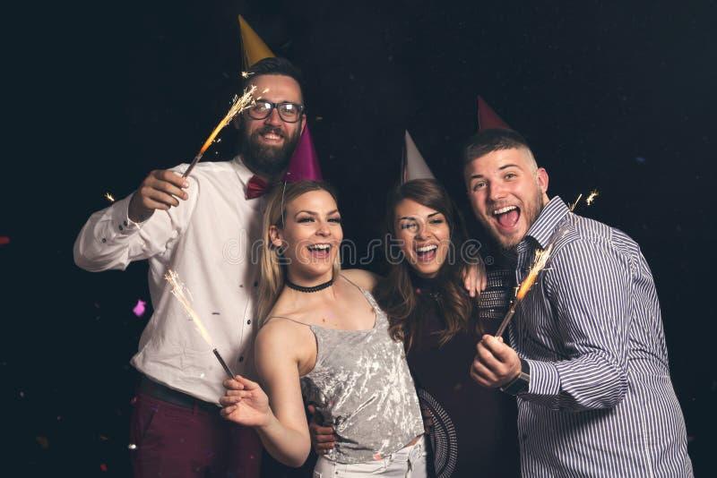 Χορός στο κόμμα και κυματισμός με τα sparklers στοκ φωτογραφίες