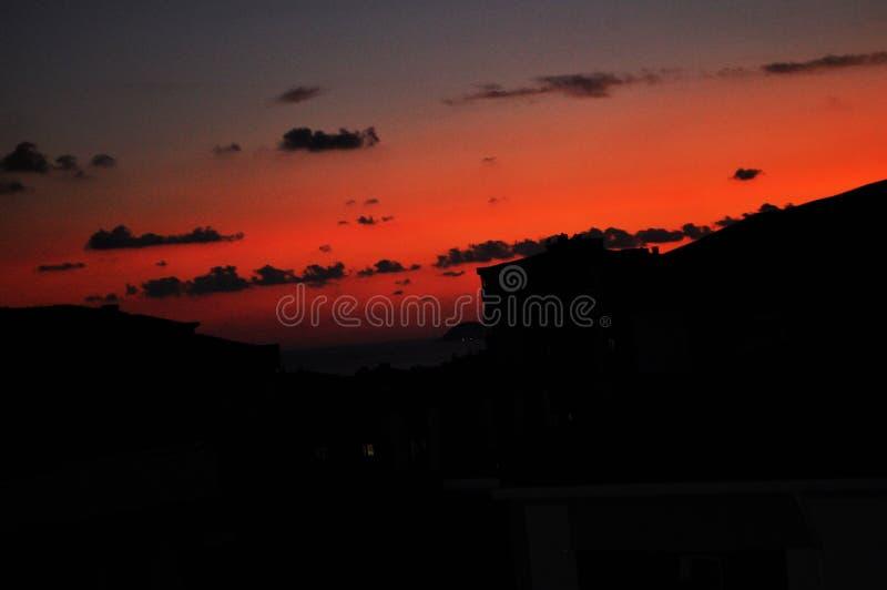 Χορός του ήλιου με τα σύννεφα στο ηλιοβασίλεμα στοκ φωτογραφίες