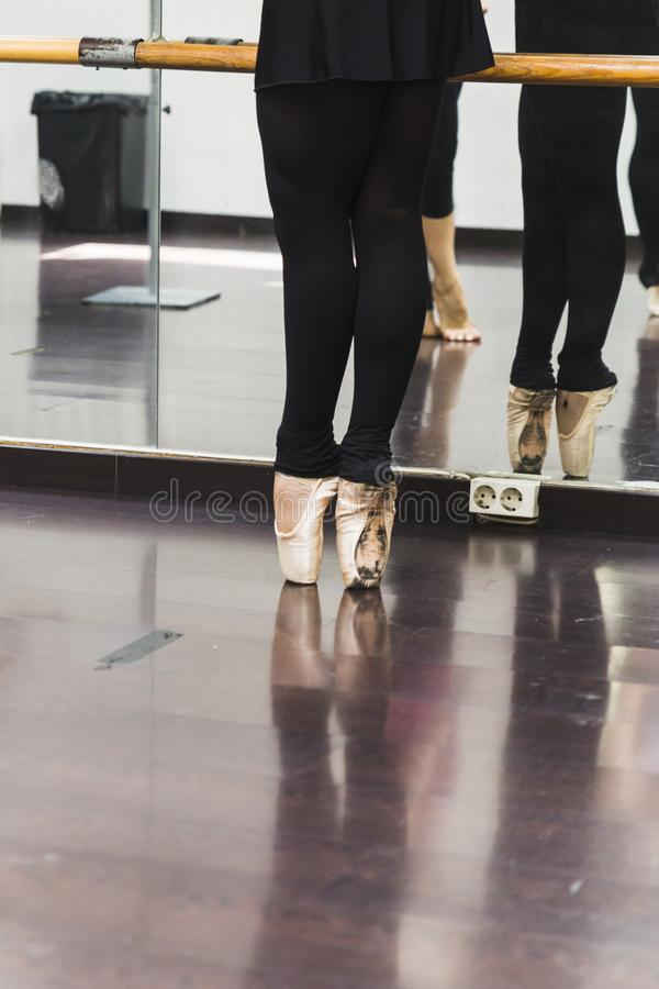 Χορός Ballerina, κινηματογράφηση σε πρώτο πλάνο στα πόδια και τα παπούτσια στοκ φωτογραφία με δικαίωμα ελεύθερης χρήσης