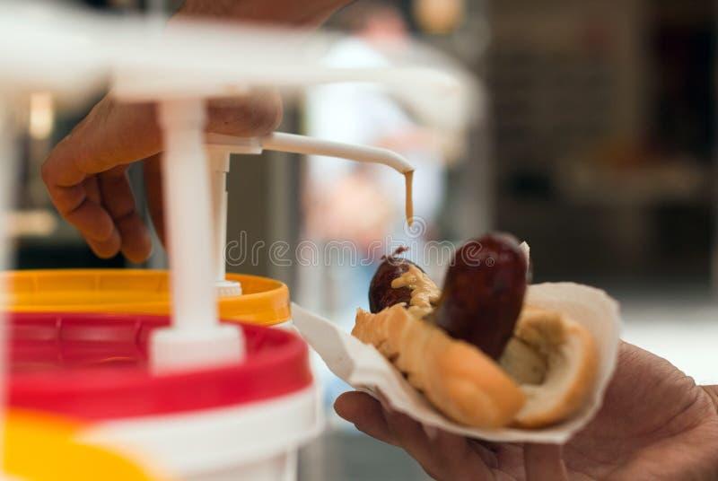 Χοτ ντογκ, νόστιμο γρήγορο γεύμα, λουκάνικο με τη μαγιονέζα στοκ εικόνες