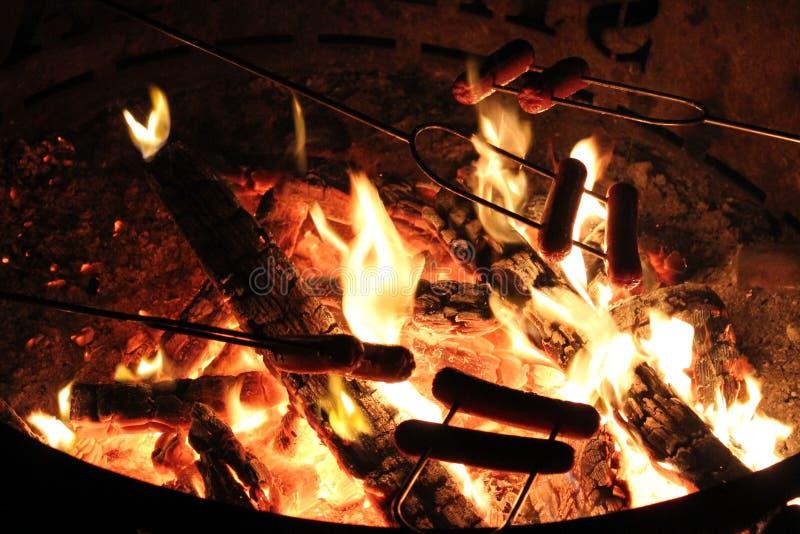 Χοτ-ντογκ πέρα από την πυρά προσκόπων στοκ φωτογραφίες