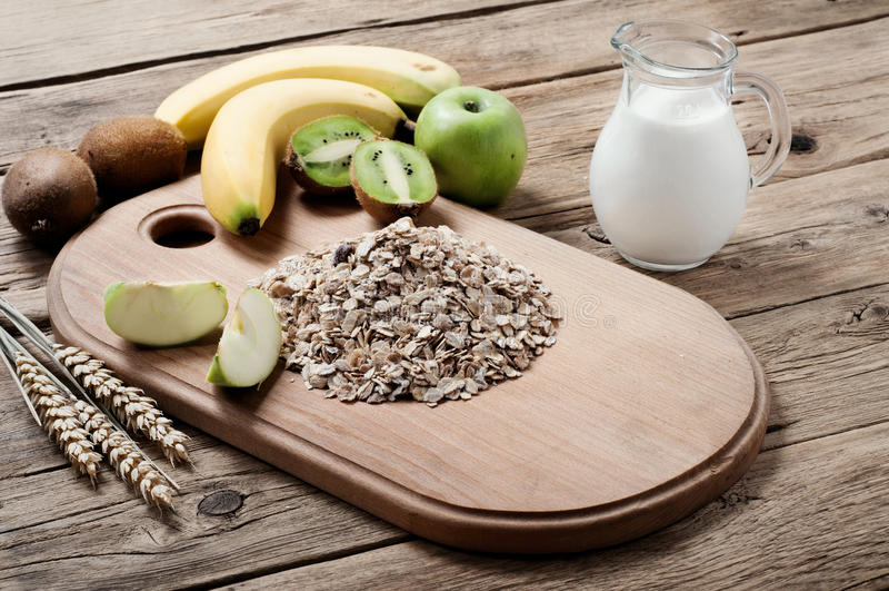 Download Χούφτα Oatmeal με το ακτινίδιο, τα μήλα, τις μπανάνες και το γάλα Στοκ Εικόνα - εικόνα από επιδεμένοι, ανασκόπησης: 62714293