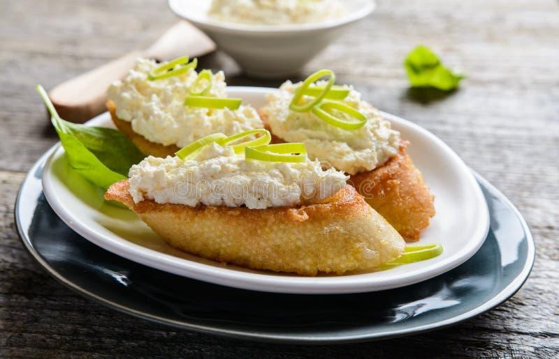 Χρένο και στάρπη που διαδίδονται στο τηγανισμένο baguette αυγών στοκ φωτογραφία με δικαίωμα ελεύθερης χρήσης