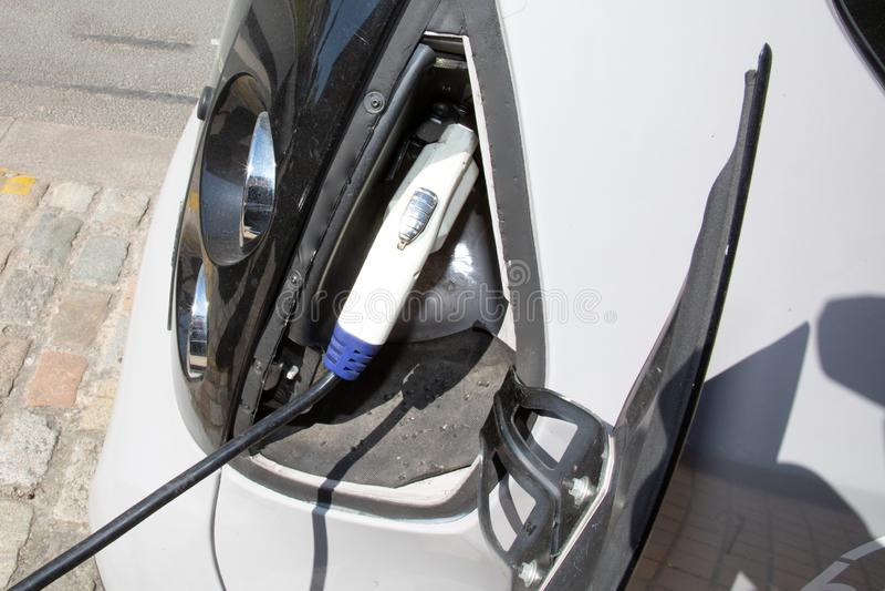 Χρέωση ενός ηλεκτρικού αυτοκινήτου στην οδό πόλεων στοκ φωτογραφίες