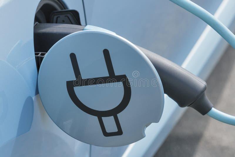 Χρέωση ενός ηλεκτρικού αυτοκινήτου στοκ φωτογραφία με δικαίωμα ελεύθερης χρήσης