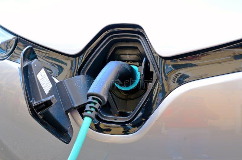 Χρέωση ενός ηλεκτρικού αυτοκινήτου στοκ φωτογραφίες με δικαίωμα ελεύθερης χρήσης