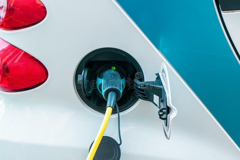Χρέωση ενός ηλεκτρικού αυτοκινήτου στοκ εικόνες με δικαίωμα ελεύθερης χρήσης