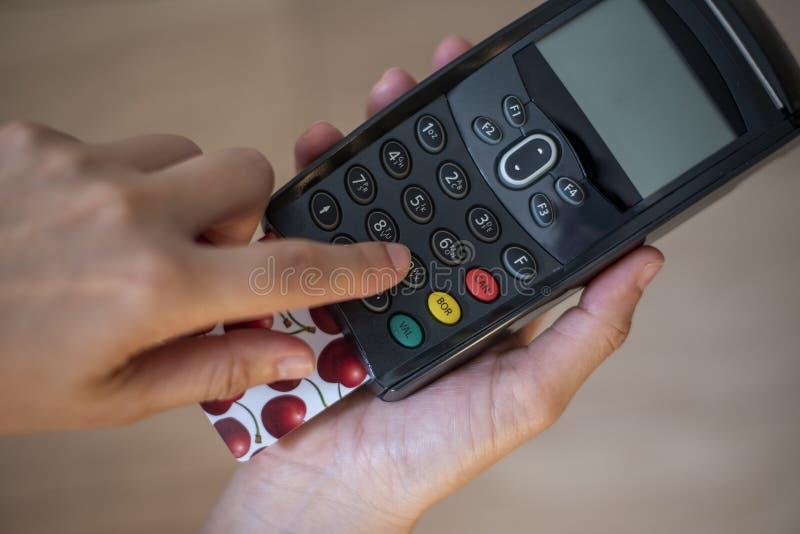 Χρέωση - τερματικό πιστωτικών καρτών στοκ φωτογραφίες με δικαίωμα ελεύθερης χρήσης