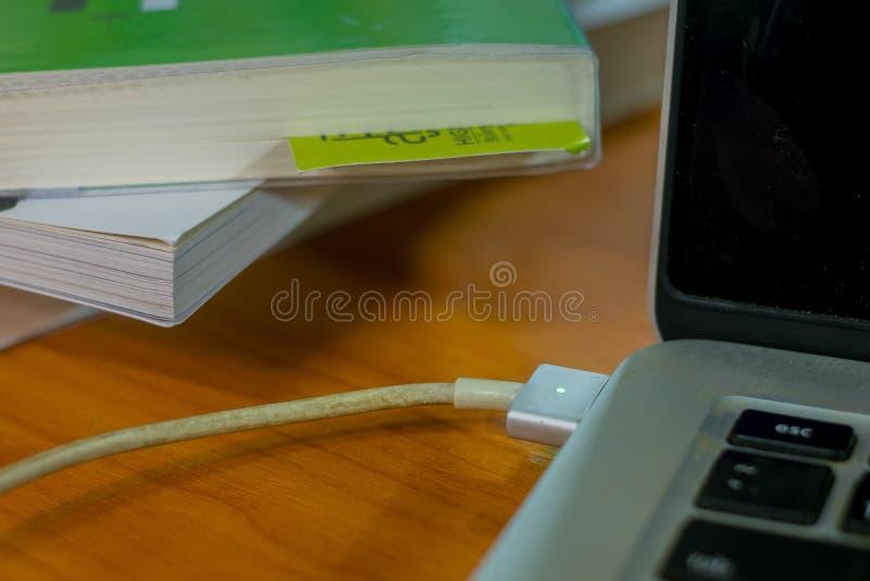 Χρέωση του lap-top στοκ φωτογραφία με δικαίωμα ελεύθερης χρήσης