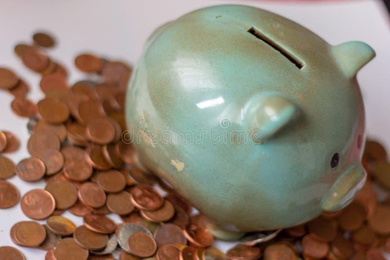 Χρήματα, χρήματα ή σεντ μέχρι τα μεγάλα κεφάλαια τα χρήματα διευθύνουν την επιχείρηση μια piggy τράπεζα, με τα μικρά νομίσματα πώ στοκ εικόνα