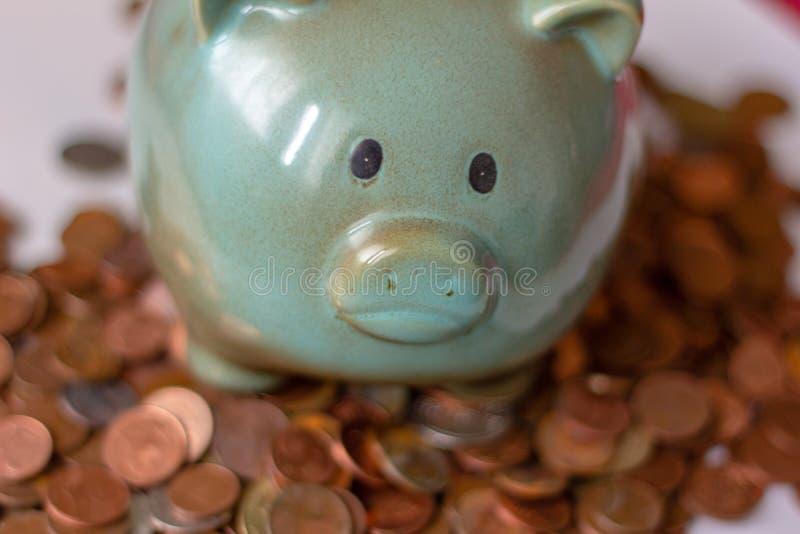 Χρήματα, χρήματα ή σεντ μέχρι τα μεγάλα κεφάλαια τα χρήματα διευθύνουν την επιχείρηση μια piggy τράπεζα, με τα μικρά νομίσματα πώ στοκ φωτογραφία