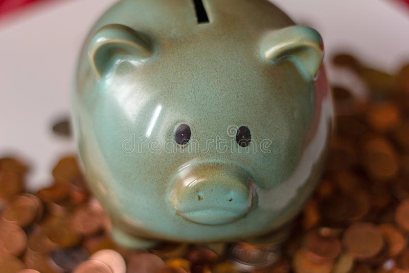 Χρήματα, χρήματα ή σεντ μέχρι τα μεγάλα κεφάλαια τα χρήματα διευθύνουν την επιχείρηση μια piggy τράπεζα, με τα μικρά νομίσματα πώ στοκ εικόνες