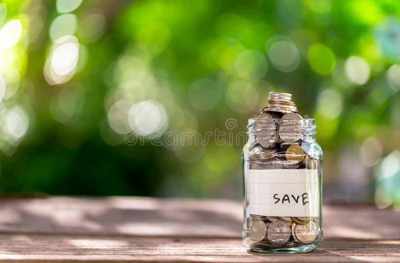 Χρήματα αποταμίευσης για να κερδίσει χρήματα στα μπουκάλια/τις ιδέες γυαλιού να δημιουργηθεί το μέλλον στοκ εικόνες