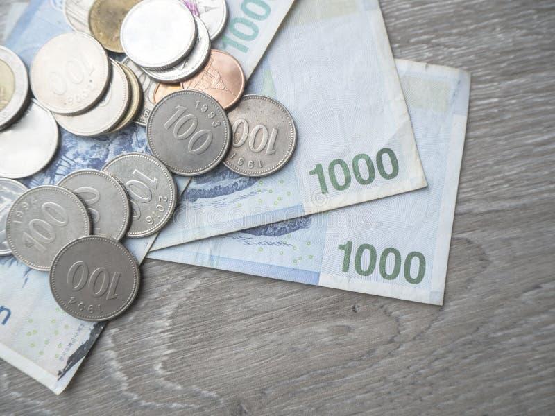 Χρήματα αποταμίευσης για τη μελλοντική επένδυση στοκ εικόνες με δικαίωμα ελεύθερης χρήσης