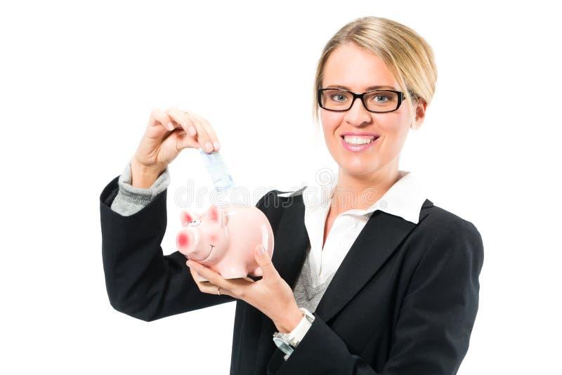 Χρήματα αποταμίευσης, γυναίκα με μια piggy τράπεζα στοκ εικόνες