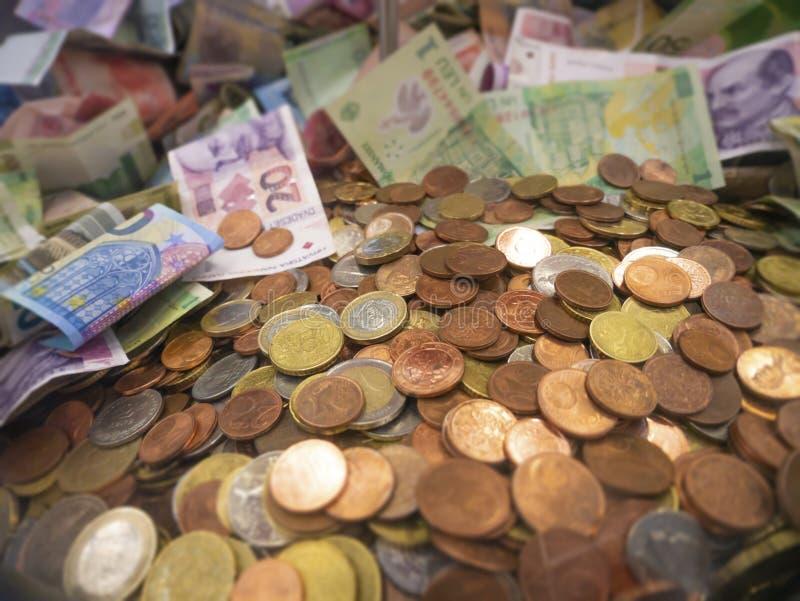 Χρήματα από διάφορες χώρες για φιλανθρωπικούς σκοπούς Γενναιοδωρία στοκ φωτογραφία με δικαίωμα ελεύθερης χρήσης