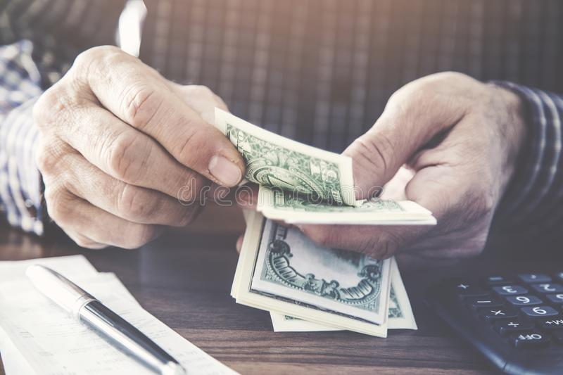 Χρήματα εκμετάλλευσης και υπολογισμού ατόμων στοκ εικόνα