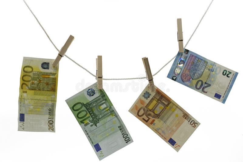 Χρήματα, ευρώ στη γραμμή ενδυμάτων με το συνδετήρα που απομονώνεται στο λευκό στοκ φωτογραφία