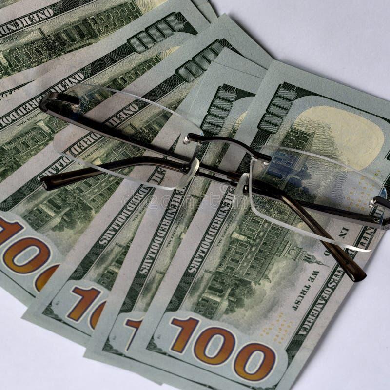 Χρήματα και γυαλιά στοκ φωτογραφία με δικαίωμα ελεύθερης χρήσης