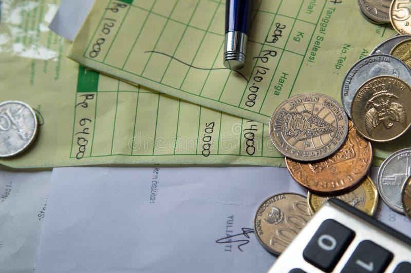 Χρήματα και υπολογιστής νομισμάτων με την παραλαβή ως υπόβαθρο στοκ φωτογραφία