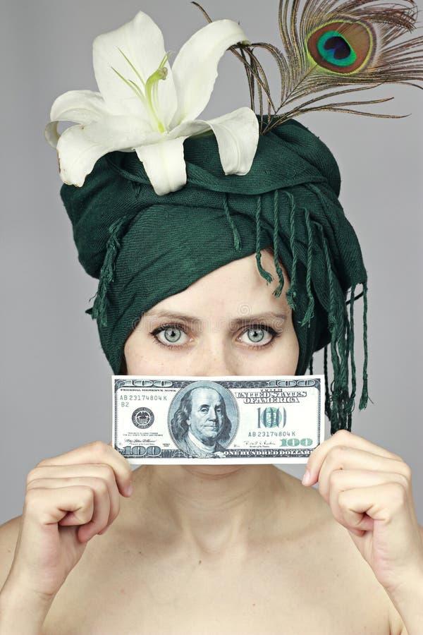 χρήματα κοριτσιών κοντά στ&omic στοκ φωτογραφία με δικαίωμα ελεύθερης χρήσης