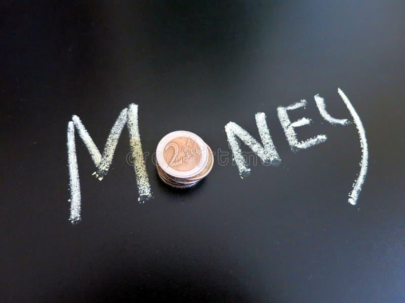 Χρήματα με την επιγραφή στον πίνακα στοκ εικόνες με δικαίωμα ελεύθερης χρήσης