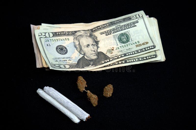 Χρήματα με το δοχείο στο Μαύρο στοκ εικόνες