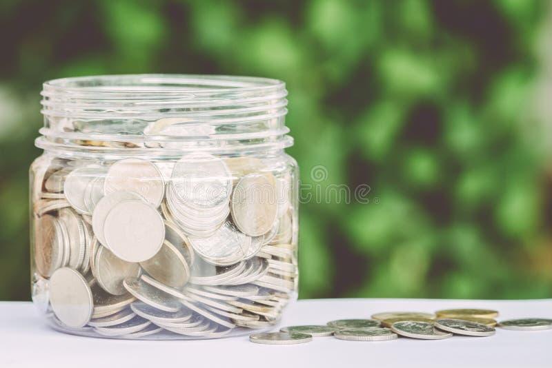 Χρήματα νομισμάτων αποταμίευσης στο πράσινο υπόβαθρο - χρήματα αποταμίευσης στοκ φωτογραφίες με δικαίωμα ελεύθερης χρήσης
